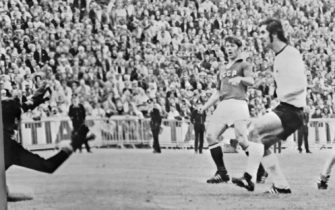 German midfielder Wimmer (R) scores against the Soviet Union as forward Gerd Muller (C) looks on during the European Nations soccer championship final 18 June 1972 in Brussels. Germany beat Russia 3-0, with Muller scoring the other two goals, to earn its first-ever European title.  AFP PHOTO (Photo by STAFF / BELGA / AFP)        (Photo credit should read STAFF/AFP via Getty Images)