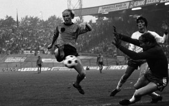 Ruud Geels of the Netherlands scores a goal during the world cup qualifier match between the Netherlands and Iceland on august 31,1977 at De Goffert stadium in Nijmegen, the Netherlands (Photo by VI Images via Getty Images)