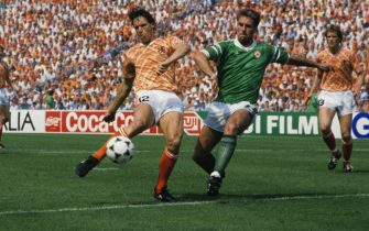 Marco van Basten (L), Mick mcCarthy (R) during the UEFA Euro 1988 match between Ireland and Netherlands on June 18, 1988 at the Parkstadion in Gelsenkirchen, Germany. (Photo by VI Images via Getty Images)