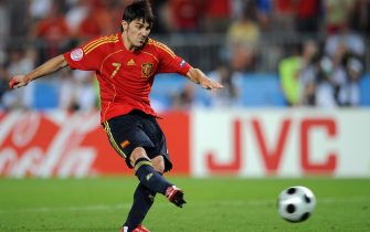 Spanish forward David Villa shoots during the penalty shootouts at the Euro 2008 Championships quarter-final football match Spain vs. Italy on June 22, 2008 at Ernst Happel stadium in Vienna.   AFP PHOTO / ALBERTO PIZZOLI -- MOBILE SERVICES OUT --     (Photo credit should read ALBERTO PIZZOLI/AFP via Getty Images)