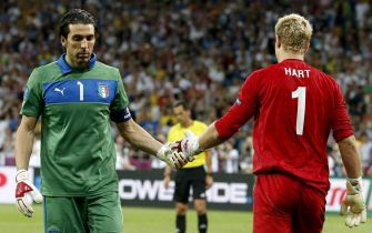 epa03280278 Italy's goalkeeper Gianluigi Buffon (L) shakes hands with England's goalkeeper Joe Hart (R) during the penalty shootout of the quarter final match of the UEFA EURO 2012 between England and Italy in Kiev, Ukraine, 24 June 2012.  EPA/KERIM OKTEN UEFA Terms and Conditions apply http://www.epa.eu/downloads/UEFA-EURO2012-TCS.pdf