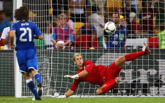Italy's Andrea Pirlo (L) scores against England goalkeeper Joe Hart (R) during the penalty shootout of the quarter final match of the UEFA EURO 2012 between England and Italy in Kiev, Ukraine, 24 June 2012. Italy won 4-2 after penalty shootout.  ANSA/SRDJAN SUKI