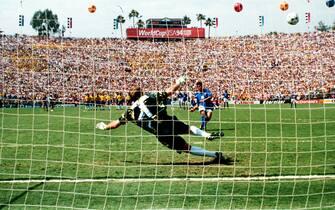 ©DPA/LAPRESSE17-07-1994 LOS ANGELESSPORT CALCIOMONDIALI DI CALCIO IN USAFINALE ITALIA BRASILE 2:3NELLA FOTO: IL RIGORE SBAGLIATO DI ROBERTO BAGGIO