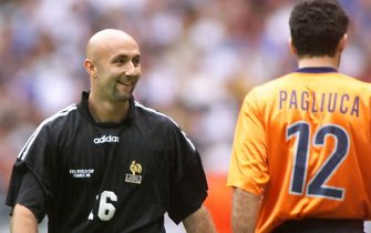 SDF87-19980703-SAINT-DENIS, FRANCE: French goalkeeper Fabien Barthez (L) crosses Italian counterpart Gianluca Pagliuca during the penalty shoot-out at the end of  the 1998 Soccer World Cup quarter final match between France and Italy, 03 July at the Stade de France in Saint-Denis. France won 4-3 on penalties and qualified for the semi-final of the competition. (ELECTRONIC IMAGE)      EPA PHOTO/AFP PHOTO/PEDRO UGARTE/STF/stf