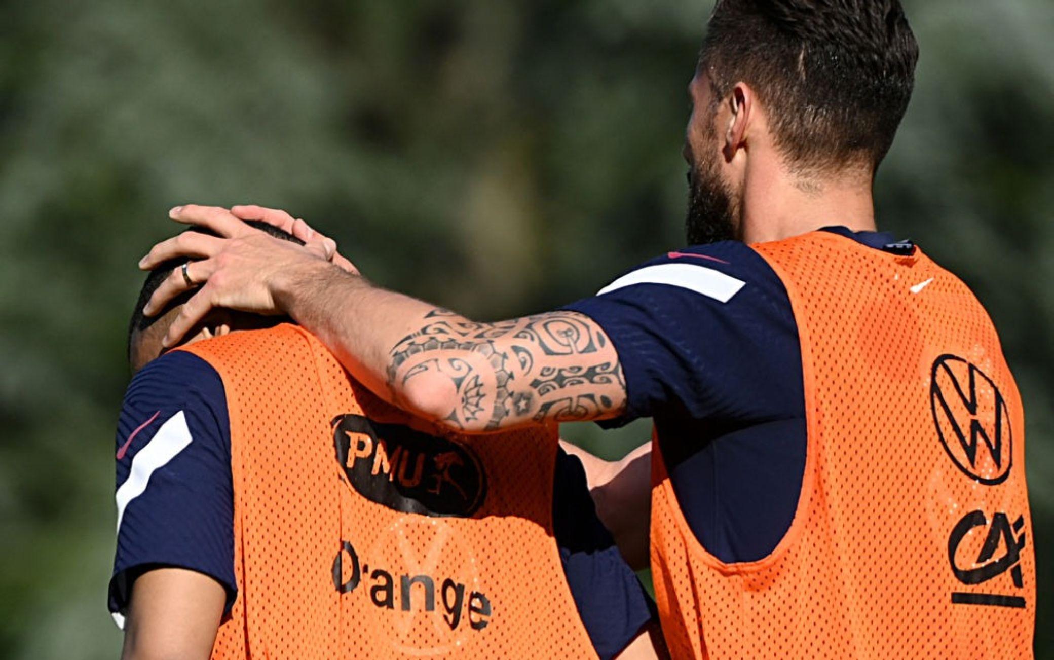 L'abbraccio Giroud-Mbappé in allenamento
