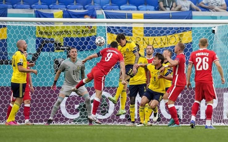 Polonia-Svezia: traversa di Lewandowski