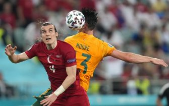 epa09277667 Caglar Soyuncu (L) of Turkey in action against Kieffer Moore (R) of Wales during the UEFA EURO 2020 group A preliminary round soccer match between Turkey and Wales in Baku, Azerbaijan, 16 June 2021.  EPA/Darko Vojinovic / POOL (RESTRICTIONS: For editorial news reporting purposes only. Images must appear as still images and must not emulate match action video footage. Photographs published in online publications shall have an interval of at least 20 seconds between the posting.)