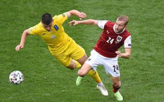 epa09291090 Ruslan Malinovskyi (L) of Ukraine in action against Konrad Laimer (R) of Austria during the UEFA EURO 2020 group C preliminary round soccer match between Ukraine and Austria in Bucharest, Romania, 21 June 2021.  EPA/Mihai Barbu / POOL (RESTRICTIONS: For editorial news reporting purposes only. Images must appear as still images and must not emulate match action video footage. Photographs published in online publications shall have an interval of at least 20 seconds between the posting.)