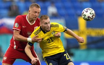 epa09296353 Dejan Kulusevski (R) of Sweden in action against Kamil Glik (L) of Poland during the UEFA EURO 2020 group E preliminary round soccer match between Sweden and Poland in St.Petersburg, Russia, 23 June 2021.  EPA/Dmitry Lovetsky / POOL (RESTRICTIONS: For editorial news reporting purposes only. Images must appear as still images and must not emulate match action video footage. Photographs published in online publications shall have an interval of at least 20 seconds between the posting.)