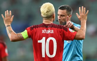 epa09289137 Granit Xhaka of Switzerland and Slovenian referee Slavko Vincic (R) react during the UEFA EURO 2020 group A preliminary round soccer match between Switzerland and Turkey in Baku, Azerbaijan, 20 June 2021.  EPA/Ozan Kose / POOL (RESTRICTIONS: For editorial news reporting purposes only. Images must appear as still images and must not emulate match action video footage. Photographs published in online publications shall have an interval of at least 20 seconds between the posting.)