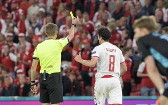 referee Clement TURPIN (FRA) shows Thomas DELANEY (DEN) the yellow card group stage, preliminary round group B, game M27, Russia (RUS) - Denmark (DEN) 1: 4, on June 21, 2021 in Copenhagen / Denmark. Football EM 2020 from 06/11/2021 to 07/11/2021. Ã'