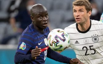 15 June 2021, Bavaria, Munich: Football: European Championship, France - Germany, preliminary round, Group F, 1st matchday in the EM Arena Munich. Germany's Thomas Müller (r) and France's N'Golo Kante fight for the ball. Photo: Federico Gambarini/dpa