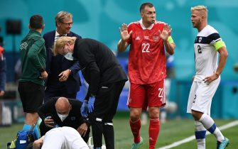 epa09276632 Artem Dzyuba (2-R) of Russia reacts after a tackle on Joona Toivio (down) of Finland during the UEFA EURO 2020 group B preliminary round soccer match between Finland and Russia in St.Petersburg, Russia, 16 June 2021.  EPA/Kirill Kudryavtsev / POOL (RESTRICTIONS: For editorial news reporting purposes only. Images must appear as still images and must not emulate match action video footage. Photographs published in online publications shall have an interval of at least 20 seconds between the posting.)