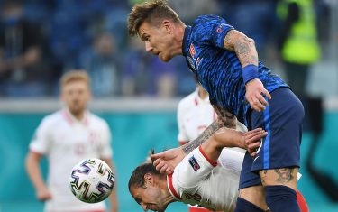 epa09271157 Grzegorz Krychowiak (L) of Poland in action against Juraj Kucka of Slovakia during the UEFA EURO 2020 group E preliminary round soccer match between Poland and Slovakia in St. Petersburg, Russia, 14 June 2021.  EPA/Kirill Kudryavtsev / POOL (RESTRICTIONS: For editorial news reporting purposes only. Images must appear as still images and must not emulate match action video footage. Photographs published in online publications shall have an interval of at least 20 seconds between the posting.)