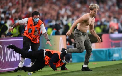 Invasore torero a Wembley, steward dribblati. FOTO