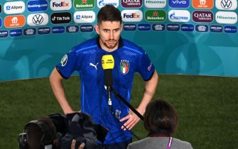 epa09327418 Italian player Jorginho speaks to the media after the UEFA EURO 2020 semi final between Italy and Spain in London, Britain, 06 July 2021. Italy won the game after penalty shoot-out with Jorginho scoring the winning penalty.  EPA/Facundo Arrizabalaga / POOL (RESTRICTIONS: For editorial news reporting purposes only. Images must appear as still images and must not emulate match action video footage. Photographs published in online publications shall have an interval of at least 20 seconds between the posting.)