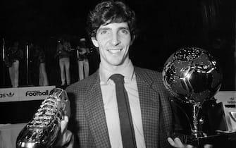 ©LaPresseArchivio StoricoParigi anno 1982sport calcioPaolo Rossinella foto: l'italiano Paolo Rossi con il pallone d'oro e la scarpetta d'ora.B 3193