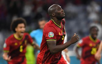 epa09319026 Romelu Lukaku of Belgium celebrates scoring his team's first goal from the penalty spot during the UEFA EURO 2020 quarter final match between Belgium and Italy in Munich, Germany, 02 July 2021.  EPA/Andreas Gebert / POOL (RESTRICTIONS: For editorial news reporting purposes only. Images must appear as still images and must not emulate match action video footage. Photographs published in online publications shall have an interval of at least 20 seconds between the posting.)