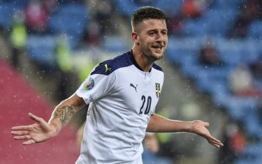epa08730564 Serbia's Sergej Milinkovic-Savic (C) celebrates after scoring his team's second goal during the UEFA Euro qualifying playoff semifinals soccer match between Norway and Serbia at Ullevaal Stadium in Oslo, Norway, 08 October 2020.  EPA/Fredrik Varfjell NORWAY OUT