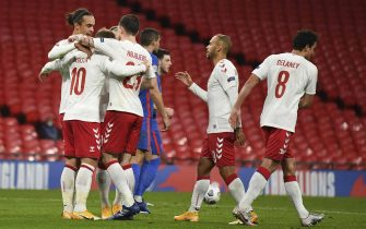 epa08745341 Christian Eriksen (L) of Denmark celebrates with team mates after scoring a penalty goal during the UEFA Nations League match between England and Denmark in London, Britain, 14 October 2020.  EPA/Daniel Leal Olivas / POOL