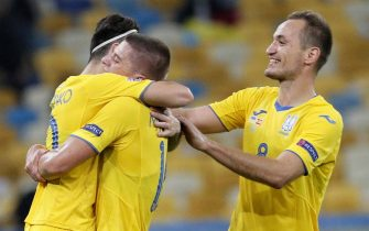 epa08742251 Yevhen Makarenko (R) of Ukraine celebrates with his teammates the victory after the UEFA Nations League group stage, league A, group 4 soccer match between Ukraine and Spain in Kiev, Ukraine, 13 October 2020.  EPA/SERGEY DOLZHENKO
