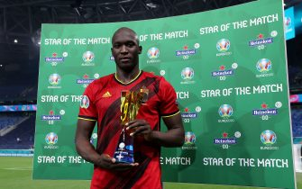 """SAINT PETERSBURG, RUSSIA - JUNE 12: Romelu Lukaku of Belgium poses for a photograph with their Heineken """"Star of the Match"""" award after the UEFA Euro 2020 Championship Group B match between Belgium and Russia on June 12, 2021 in Saint Petersburg, Russia. (Photo by Gonzalo Arroyo - UEFA/UEFA via Getty Images)"""