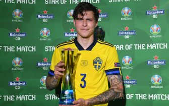 """SEVILLE, SPAIN - JUNE 14: Victor Lindeloef of Sweden poses for a photograph with their Heineken """"Star of the Match"""" award after the UEFA Euro 2020 Championship Group E match between Spain and Sweden at the La Cartuja Stadium on June 14, 2021 in Seville, Spain. (Photo by Aitor Alcalde - UEFA/UEFA via Getty Images)"""