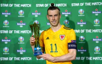 """BAKU, AZERBAIJAN - JUNE 16: Gareth Bale of Wales poses for a photograph with the Heineken """"Star of the Match"""" award after the UEFA Euro 2020 Championship Group A match between Turkey and Wales at Baku Olimpiya Stadionu on June 16, 2021 in Baku, Azerbaijan. (Photo by Matthew Lewis - UEFA/UEFA via Getty Images)"""