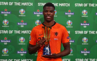 """AMSTERDAM, NETHERLANDS - JUNE 17: Denzel Dumfries of Netherlands poses for a photograph with their Heineken """"Star of the Match"""" award after the UEFA Euro 2020 Championship Group C match between the Netherlands and Austria at Johan Cruijff Arena on June 17, 2021 in Amsterdam, Netherlands. (Photo by Christopher Lee - UEFA/UEFA via Getty Images)"""