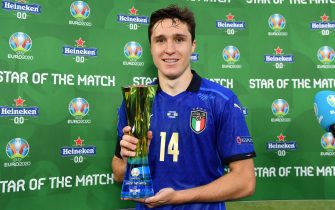 """ROME, ITALY - JUNE 20: Federico Chiesa of Italy poses for a photograph with their Heineken """"Star of the Match"""" award after the UEFA Euro 2020 Championship Group A match between Italy and Wales at Olimpico Stadium on June 20, 2021 in Rome, Italy. (Photo by Valerio Pennicino - UEFA/UEFA via Getty Images)"""