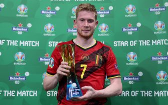 """SAINT PETERSBURG, RUSSIA - JUNE 21: Kevin De Bruyne of Belgium poses for a photograph with their Heineken """"Star of the Match"""" award after the UEFA Euro 2020 Championship Group B match between Finland and Belgium at Saint Petersburg Stadium on June 21, 2021 in Saint Petersburg, Russia. (Photo by Joosep Martinson - UEFA/UEFA via Getty Images)"""
