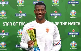 """AMSTERDAM, NETHERLANDS - JUNE 21: Georginio Wijnaldum of Netherlands poses for a photograph with the Heineken """"Star of the Match"""" award after the UEFA Euro 2020 Championship Group C match between North Macedonia and The Netherlands at Johan Cruijff Arena on June 21, 2021 in Amsterdam, Netherlands. (Photo by Lukas Schulze - UEFA/UEFA via Getty Images)"""