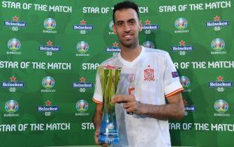 """SEVILLE, SPAIN - JUNE 23: Sergio Busquets of Spain poses for a photograph with their Heineken """"Star of the Match"""" award after the UEFA Euro 2020 Championship Group E match between Slovakia and Spain at Estadio La Cartuja on June 23, 2021 in Seville, Spain. (Photo by Aitor Alcalde - UEFA/UEFA via Getty Images)"""