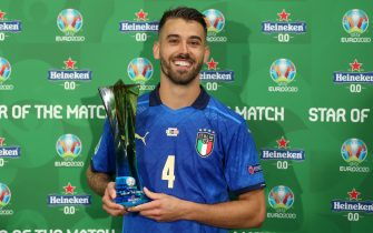 """LONDON, ENGLAND - JUNE 26: Leonardo Spinazzola of Italy poses for a photograph with their Heineken """"Star of the Match"""" award after the UEFA Euro 2020 Championship Round of 16 match between Italy and Austria at Wembley Stadium at Wembley Stadium on June 26, 2021 in London, England. (Photo by Alex Morton - UEFA/UEFA via Getty Images)"""