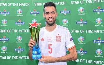 """COPENHAGEN, DENMARK - JUNE 28: Sergio Busquets of Spain poses for a photograph with the Heineken """"Star of the Match"""" award after the UEFA Euro 2020 Championship Round of 16 match between Croatia and Spain at Parken Stadium on June 28, 2021 in Copenhagen, Denmark. (Photo by Oliver Hardt - UEFA/UEFA via Getty Images)"""