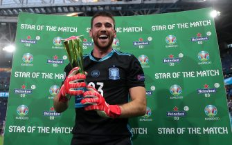 """SAINT PETERSBURG, RUSSIA - JULY 02: Unai Simon of Spain poses for a photograph with the Heineken """"Star of the Match"""" award after the UEFA Euro 2020 Championship Quarter-final match between Switzerland and Spain at Saint Petersburg Stadium on July 02, 2021 in Saint Petersburg, Russia. (Photo by Gonzalo Arroyo - UEFA/UEFA via Getty Images)"""