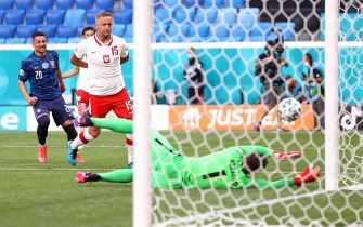 epa09270948 Poland's goalkeeper Wojciech Szczesny (R) causes an own goal after a shot by Robert Mak (back L) of Slovakia during the UEFA EURO 2020 group E preliminary round soccer match between Poland and Slovakia in St. Petersburg, Russia, 14 June 2021.  EPA/Lars Baron / POOL (RESTRICTIONS: For editorial news reporting purposes only. Images must appear as still images and must not emulate match action video footage. Photographs published in online publications shall have an interval of at least 20 seconds between the posting.)