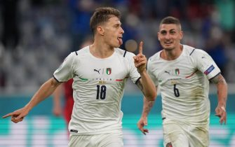 epa09318972 Nicolo Barella of Italy (L) celebrates scoring the 1-0 during the UEFA EURO 2020 quarter final match between Belgium and Italy in Munich, Germany, 02 July 2021.  EPA/Matthias Schrader / POOL (RESTRICTIONS: For editorial news reporting purposes only. Images must appear as still images and must not emulate match action video footage. Photographs published in online publications shall have an interval of at least 20 seconds between the posting.)