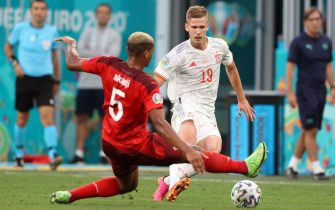epa09318610 Manuel Akanji of Switzerland (L) in action against Dani Olmo of Spain during the UEFA EURO 2020 quarter final match between Switzerland and Spain in St.Petersburg, Russia, 02 July 2021.  EPA/Alexander Hassenstein / POOL (RESTRICTIONS: For editorial news reporting purposes only. Images must appear as still images and must not emulate match action video footage. Photographs published in online publications shall have an interval of at least 20 seconds between the posting.)