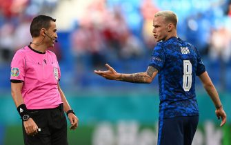 epa09271027 Ondrej Duda (R) of Slovakia talks to Romanian referee Ovidiu Hategan during the UEFA EURO 2020 group E preliminary round soccer match between Poland and Slovakia in St. Petersburg, Russia, 14 June 2021.  EPA/Kirill Kudryavtsev / POOL (RESTRICTIONS: For editorial news reporting purposes only. Images must appear as still images and must not emulate match action video footage. Photographs published in online publications shall have an interval of at least 20 seconds between the posting.)