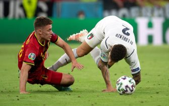 02 July 2021, Bavaria, Munich: Football: European Championship, Belgium - Italy, final round, quarter-final in the EM Arena in Munich. Belgium's Thorgan Hazard (l) and Italy's Giovanni Di Lorenzo fight for the ball. Photo: Federico Gambarini/dpa - IMPORTANT NOTE: In accordance with the regulations of the DFL Deutsche Fußball Liga and/or the DFB Deutscher Fußball-Bund, it is prohibited to use or have used photographs taken in the stadium and/or of the match in the form of sequence pictures and/or video-like photo series.