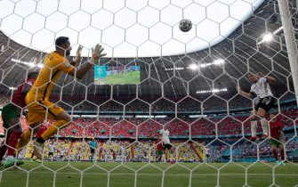 19 June 2021, Bavaria, Munich: Football: European Championship, Portugal - Germany, preliminary round, Group F, 2nd matchday in the EM Arena. Germany's Robin Gosens (r) heads the 4:1 against Portugal's goalkeeper Rui Patricio. Photo: Federico Gambarini/dpa - IMPORTANT NOTE: In accordance with the regulations of the DFL Deutsche Fußball Liga and/or the DFB Deutscher Fußball-Bund, it is prohibited to use or have used photographs taken in the stadium and/or of the match in the form of sequence pictures and/or video-like photo series.
