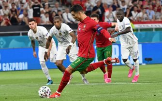epa09296883 Cristiano Ronaldo of Portugal scores the 1-0 by penalty during the UEFA EURO 2020 group F preliminary round soccer match between Portugal and France in Budapest, Hungary, 23 June 2021.  EPA/Tibor Illyes / POOL (RESTRICTIONS: For editorial news reporting purposes only. Images must appear as still images and must not emulate match action video footage. Photographs published in online publications shall have an interval of at least 20 seconds between the posting.)