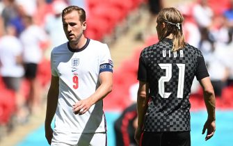 epa09267112 Harry Kane (L) of England reacts next to Domagoj Vida of Croatia during the UEFA EURO 2020 group D preliminary round soccer match between England and Croatia in London, Britain, 13 June 2021.  EPA/Andy Rain / POOL (RESTRICTIONS: For editorial news reporting purposes only. Images must appear as still images and must not emulate match action video footage. Photographs published in online publications shall have an interval of at least 20 seconds between the posting.)
