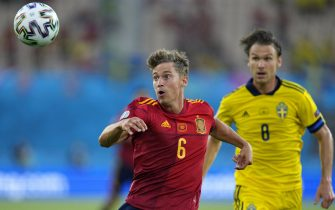 epa09271623 Marcos Llorente (L) of Spain in action against Albin Ekdal (R) of Sweden during the UEFA EURO 2020 group E preliminary round soccer match between Spain and Sweden in Seville, Spain, 14 June 2021.  EPA/Thanassis Stavrakis / POOL (RESTRICTIONS: For editorial news reporting purposes only. Images must appear as still images and must not emulate match action video footage. Photographs published in online publications shall have an interval of at least 20 seconds between the posting.)