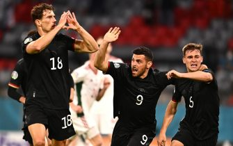 epa09297399 Leon Goretzka (L) of Germany celebrates with teammates Kevin Volland (C) and Joshua Kimmich (R) after scoring the 2-2 equalizer during the UEFA EURO 2020 group F preliminary round soccer match between Germany and Hungary in Munich, Germany, 23 June 2021.  EPA/Lukas Barth-Tuttas / POOL (RESTRICTIONS: For editorial news reporting purposes only. Images must appear as still images and must not emulate match action video footage. Photographs published in online publications shall have an interval of at least 20 seconds between the posting.)