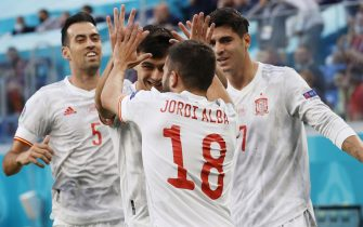 epa09318245 Jordi Alba (C) of Spain and team-mates celebrate the 0-1 goal during the UEFA EURO 2020 quarter final match between Switzerland and Spain in St.Petersburg, Russia, 02 July 2021.  EPA/Anatoly Maltsev / POOL (RESTRICTIONS: For editorial news reporting purposes only. Images must appear as still images and must not emulate match action video footage. Photographs published in online publications shall have an interval of at least 20 seconds between the posting.)