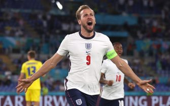 epa09321168 Harry Kane of England celebrates after scoring the 1-0 lead during the UEFA EURO 2020 quarter final match between Ukraine and England in Rome, Italy, 03 July 2021.  EPA/Mike Hewitt / POOL (RESTRICTIONS: For editorial news reporting purposes only. Images must appear as still images and must not emulate match action video footage. Photographs published in online publications shall have an interval of at least 20 seconds between the posting.)