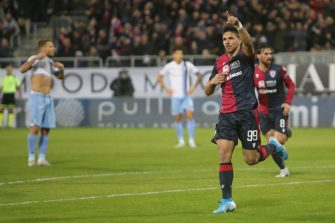CAGLIARI, ITALY - DECEMBER 16:  Giovanni Simeone of Cagliari celebrates his goal 1- 0 during the Serie A match between Cagliari Calcio and SS Lazio at Sardegna Arena on December 16, 2019 in Cagliari, Italy.  (Photo by Enrico Locci/Getty Images)