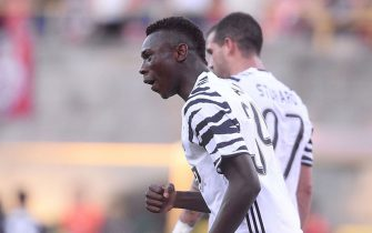BOLOGNA, ITALY - MAY 27:  Moise Kean of Juventus FC celebrates after scoring his team's second goal during the Serie A match between Bologna FC and Juventus FC at Stadio Renato Dall'Ara on May 27, 2017 in Bologna, Italy.  (Photo by Mario Carlini / Iguana Press/Getty Images)
